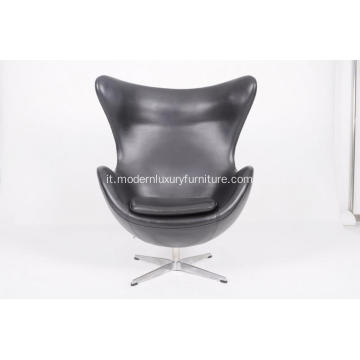 Egg chair in pelle nera
