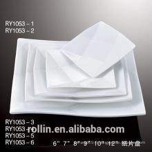 Assiettes blanches au restaurant