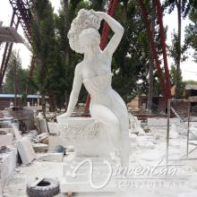 Женщина льет воду статую мраморным фонтаном