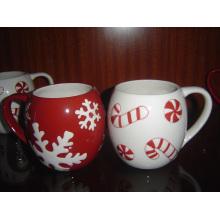 Taza de cerámica de la Navidad con el modelo grabado en relieve