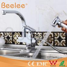 Saque el grifo de la cocina del grifo de agua de las instalaciones sanitarias