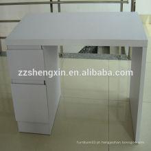 Mesa de madeira branca com gavetas