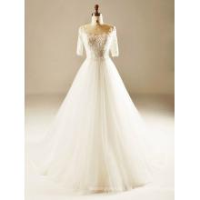 Zurück sehen durch halbes Hülsen-Hochzeits-Kleid