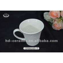 Фарфоровая чашка и блюдце