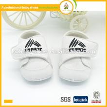 Tissu de coton doux et confortable blanc bébé chaussures de sport pour enfants