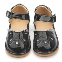 Negro niños chirriantes zapatos sandalias PU zapatos de bebé MOQ300