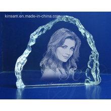 El laser talla el marco cristalino de la foto para el regalo de cumpleaños