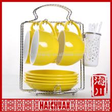 Taza de té de cerámica blanca y platillo