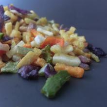 Vegetais e frutas misturadas para comer diretamente