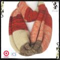 El color mezcló la bufanda caliente del knit de la raya de las mujeres