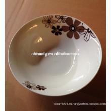 ежедневный посуды, используя фарфоровую миску
