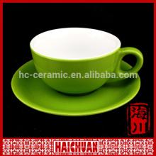 Keramische helle Teetassen und Untertassen