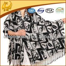 Mão de caxemira das mulheres sentindo xale de seda de pashmina