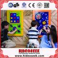 Buntes hölzernes Spiel-Brett angebracht an der Wand für Kinder