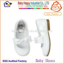 Zapatos blancos llanos del niño para childen