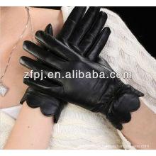 Dame Kleid, das lederne Handschuhe mit Spitze trägt Heißer Verkaufseinzelteil ZFYB