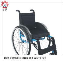 Schwarz-blauer Rollstuhl mit stylischen Fußmatten