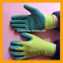 13G gelbe Polyester beschichtete Farbe, die grüne Latexhandschuhe bearbeitet