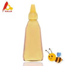 Miel pur d'acacia abeille sur le visage