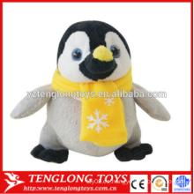 La Navidad vendedora caliente de la felpa de la nueva llegada rellenó el juguete del pingüino con el sombrero y la bufanda