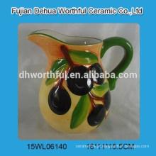 Jarra de leite de cerâmica quente com estatueta de azeitona