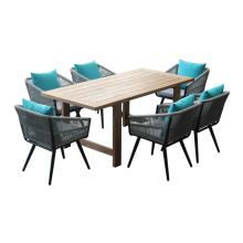 Patio dinant la chaise de corde de meubles et le jeu de table en bois de teck