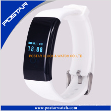 Prueba de sensor de frecuencia cardíaca con pulsera inteligente blanca