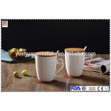 Caneca de café de porcelana branca de cerâmica com tampa e colher