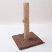 Gato engraçado do projeto novo que risca a mobília do gato do animal de estimação da árvore