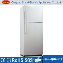 ventilador del electrodoméstico que refresca el refrigerador grande de la puerta doble