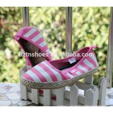 Sapatas ocasionais das meninas cor-de-rosa sapatas listradas da espadrilha da lona