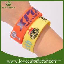 La fábrica vende al por mayor el wristband de goma del deporte del recuerdo del color multi