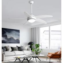 Luces de ventilador de techo con estilo en la sala de estar