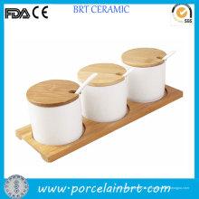 Ensemble de condiments en céramique avec une soucoupe en bois