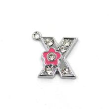 Collier de lettre initiale de charme de charmes de fleurs
