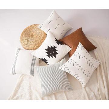 Einfache weiße Kissenbezüge aus reinem Baumwollleinen