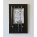 Черная рамка с вешалкой на стене