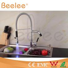 Nouveau robinet à ressort de cuisine de poignée de Dule de deux têtes LED / puissance de mélangeur de robinet d'eau par la pression de l'eau Ql140405