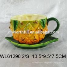 Copa y platillo superior de cerámica con forma de piña