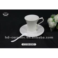 Hohe weiße Keramik Tasse Untertasse