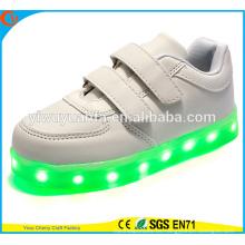 El funcionamiento que destella de la venta caliente que se ejecuta ata para arriba los zapatos de la zapatilla de deporte LED para los cabritos