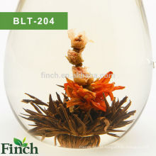 Chá de florescência preto feito a mão da venda quente do passarinho com botão de Rosa e a flor do lírio