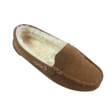 Die Garnlinie mit den warmen Mokassin-Schuhen der Frau