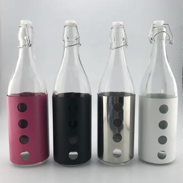 Стеклянная бутылка с цветным спреем и крышкой с пряжкой