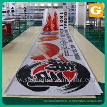 Imprimindo a bandeira de lona de publicidade ao ar livre