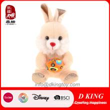 Feliz conejo de Pascua juguete con huevo