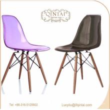 Chaise en plastique en cristal à prix d'usine avec pieds en bois