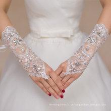 Lange Finger sehen durch Brauthandschuhe mit Kristall