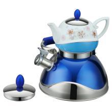Чайник со свистком и синий чайник с традиционной росписью