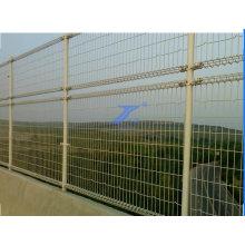 Pont à double boucle et clôture de route